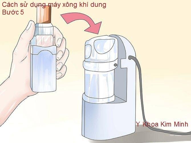 Nên cho thuốc vào theo tỉ lệ ghi trên nhãn thuốc hoặc theo tỉ lệ chia 3ml thuốc, 3ml nước muối sinh lý