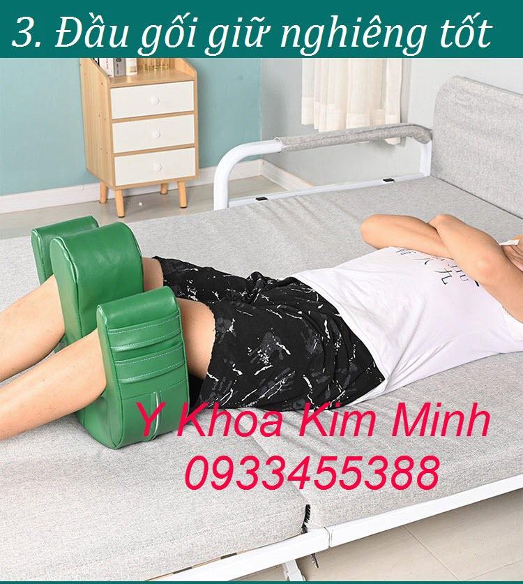 Đặt gối lât nghiêng người bệnh ở vùng đầu gối giúp ổn định tư thế lật tốt nhất