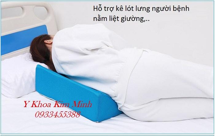 Gối tam giác kê lót lưng nghiêng chống loét người bệnh nằm liệt giường, người bệnh bị tai biến đột quỵ - Y Khoa Kim Minh