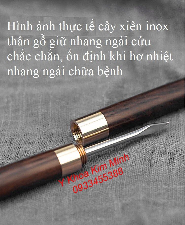 Hình ảnh cây xiên que giữ nhang ngải cứu khi hơ xông ngải cứu chữa bệnh - Y Khoa Kim Minh