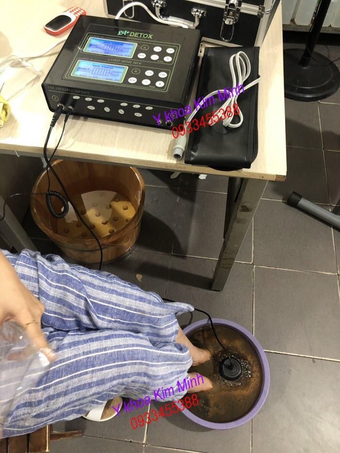 Ngâm chân và cho máy thải độc tố KM-601 hoạt động sau 20 phút - Y khoa Kim Minh