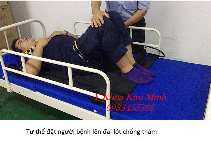 Tư thế đặt đai lót chống thấm để vệ sinh người bệnh nằm liệt giường tai biến - Y khoa Kim Minh